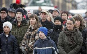 Nedanför Rådhustrappan trängdes hundratals demonstranter för att lyssna på Lärarförbundets åsikter om att skolan måste spara.FOTO: BERIT DJUSE