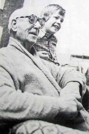 Joel Lindkvist och Patrick Pierre (f. Eriksson) lekte ofta tillsammans och Joel sade bestämt åt sin städerska att inte röra Joels kojbyggen.