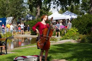 Musik spelas runt om i parkerna.