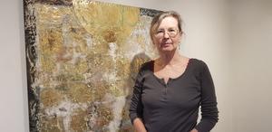 """Konstnären Siri-K Karlsson arbetar med material som textilier, papper, metallspån, pigment, bladguld, tepåsar, mannagryn och annat. På lördag visar hon bland annat sitt verk """"Ljuset från ursprunget""""."""