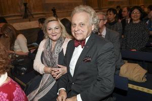 Journalisten och författaren Herman Lindqvist tillsammans med hustrun Liliana under en jubileumskonsert i rikssalen på kungliga slottet. I år är det 200 år sedan Jean Baptiste Bernadotte utsågs till kung av Sverige. Foto: Fredrik Sandberg/TT