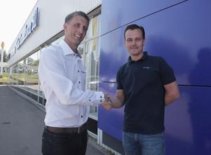 Här är handslaget som bekräftar att Tobias Wångmar, vd på Gösta Samuelsson Bil, från och 1 juni tillträder som ny ägare till Daniel Anderssons företag, Clemens Bil.