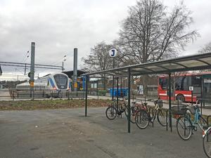 Två cykelställ måste monteras ned för att den nya offentliga toaletten ska få plats. Men ett av dem ska bara flyttas en liten bit.