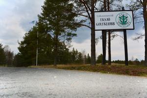 Kommunen asfalterade infarten till Eksjö golfklubb för över 500000. Insändarskribenten är upprörd över hur skattepengarna behandlas.