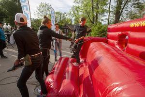 Christian Laestander, Kunskapsskolan, instrueras av Tobbe Hollsten som stod för säkringen av de klättersugna ungdomarna.