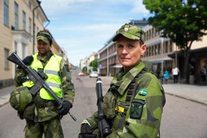 """""""Har det hänt något"""" var vanligaste frågan de fick under onsdagen, från undrande Falubor. Plutonchefen Anna Richaud och gruppchefen Mattias Andersson vaktade landshövdingens residens och länsstyrelsen."""