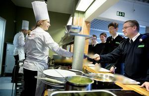 Lagledare Anna Lövgren serverar förvänansfulla lunchgäster på Karlbergs militärrestaurang i Stockholm