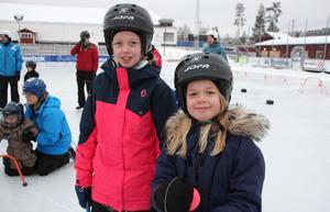 Julia och Vilma Hagelberg Nordahl har vuxit ur skridskoskolan. Nu är det lillebrors tur. Systrarna följer med och gillar att åka fort och snurra på isen.