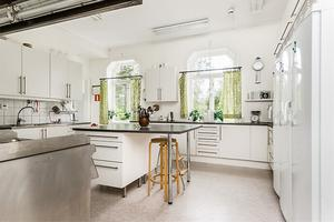Köket är inrett med restaurang-diskmaskin.