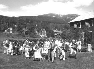 Spelmän och dansare under midsommarfirandet i Åre 1992.