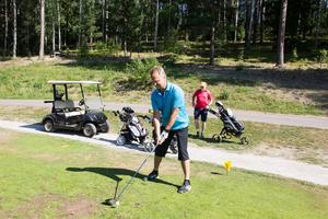 Jan Gustavsson har spelat flera tävlingar under veckan. I bakgrunden höll Michael Gustafsson koll på riktningen vid det första hålet.