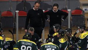 Kjell-Åke Andersson instruerar sina spelare i de sista minuterna, i en time out.