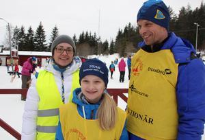 Anna Anåker, Signe Eriksson-Björling och Tony Björling, Domnarvets GoIF, är funktionärer under Bergebo Skiweekend.