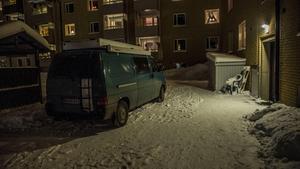 Polisens teknikerbuss parkerad i ett bostadsområde i Norberg efter att en ung kvinna hittats avliden i en bostad. Foto: Niklas Hagman