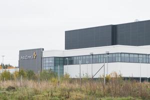 Det var 2015 som Astra Zenecas ledning beslutade att investera 2,5 miljarder kronor i en fabrik för fyllning och packning av biologiska läkemedel. Den har byggts intill övriga produktionsanläggningar i Gärtuna.