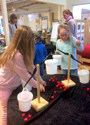 Några av eleverna visade några naturvetenskapliga experiment.  som genomförs med stöd av Ljungbergska fonden. Foto: Privat