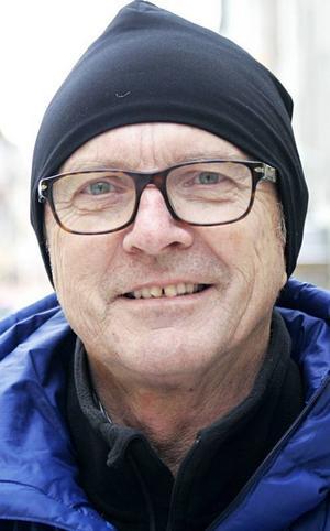 Ulf Barck, 61 år, Torvalla:– Ja. Längdskidåkarna tar två, skidhopparen Harlaut från Åre, det blir ett guld i slalom och så herrarna i ishockey. Det lär väl bli några silver och brons också.