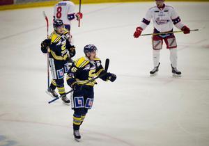 Petter Lindberg jublar efter 2-0-målet.