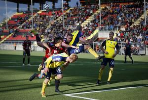 Douglas Bergqvist och Bobo Sollander, två av ÖFK:s mest fysiska spelare, i en nickduell.