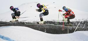 Skicrossens VC-premiär ställs in. Franska Val Thorens har ingen snö och nu får istället Arosa i Schweiz arrangera premiären. Här ser vi en bild från en tidigare världscuptävling i Idre. David Mobärg, Marc Bischofberger och Kevin Drury, Kanada. Foto: Christine Olsson / TT