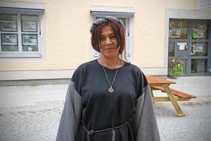 Maria Safi valde i år en svart klänning med grå detaljer, samt en svart huvudbonad.