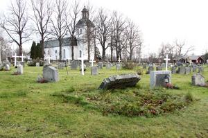 En informationsmiss tros vara en bidragande anledning till att gräset blev oklippt på ett flertal gravar i såväl Gagnef som Mockfjärd och Dala Floda.