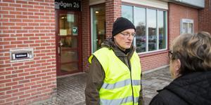 Åke Andersson har samlat namn i Nykvarns centrum. Nu är protestlistorna inlämnade till kommunen.