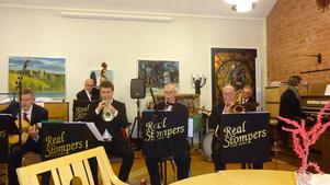 Sex sjundedelar av Real Stompers. Anders Bergquist, piano, utanför bild. Kantor Anna Karin Adolfsson, orgel, innanför bild. Bild: Kjell Larsson