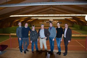 Urban Lundqvist, Björn Wigge, Åsa Ulander, Reinhold Hellgren, Anders Rådberg, Niklas Evaldsson och Peder Björk i Baldershovs Tennishall som nu kommer att växa ordentligt.