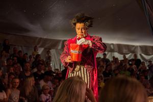Clownen – med betydligt mindre smink än de traditionella – skojade och kastade pop corn ut till barnen som skulle fångas direkt i munnen.