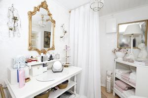 Vid första anblicken är det svårt att se att det lilla rummet, som förr var sovrum, nu hyser en toalett.– Bakom gardinen står en förbränningstoalett som är helt luktfri, annars hade jag inte stått ut, säger Iréne Wiberg.