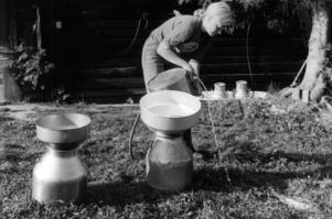 Morgnarna var stressiga för sola Andersson på fäbodvallen i Andersböle. Upp klockan 5, ta in de 17 korna, mjölka, och sen bära ner krukorna ett par hundra meter till vägen innan mjölkbilen kom klockan 8.