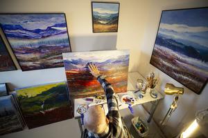 Bo Tapper målar fjällmotiv, gärna med starka färger.