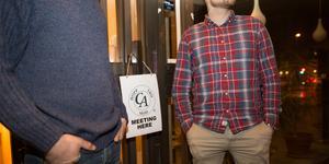 Initiativtagarna Antony och Patrik hälsar alla som vill delta välkomna vid dörren mot Nyköpingsvägen 20 på söndagskvällarna.