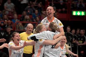 Cornelia Fjellstedt och Iksu jublar efter andra raka SM-guldet. Foto: Janerik Henriksson/TT