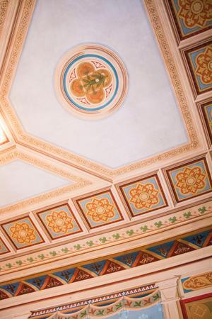 Takmålningarna i riddarsalen har – efter att i många år varit täckta av cigarr-rök och nikotin – återfått sina klara färger.