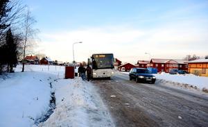 Med en timglashållplats minskar risken för att resenärerna ska bli påkörda när de går över vägen.  Den ger också extraplats till cykelparkeringar, enligt förslaget.