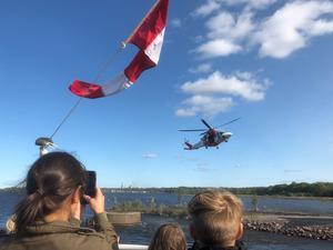 Sjöfartsverkets räddningshelikopter från Norrtälje blev final på den succéartade Öppna  skepp-dagen vid Gerdavarvet i söndags när den damp ner på en minimal asfaltplätt vid Kustbevakningens lokaler.