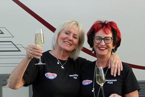 Väninnorna Gunilla Olsén Eriksson till höger och Carina By, båda Östersund, firar med champagne sedan Gunillas bägge hästar vunnit denna kväll.