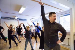 Ted Heikura visar dansen artistic ballroom som snabbt blivit populär. Ted Heikura har tävlat i latinamerikansk dans och driver nu tre dansskolor.