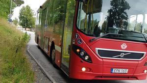 Om man ska kliva på bussen i Stora Vika med en barnvagn, får man ställa sig i diket. Foto: Sorundanet