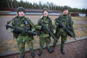 Emilia Hast, Avesta, Angelica Rundblad, Stockholm och Wendela Åkerbäck, Gotland, är tre av sammanlagt 13 tjejer som ryckte in i början av januari. Då väntade fyra månaders utbildning.