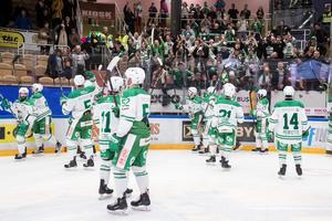 Rögle jublar framför sina fans. Långväga hockeyfanatiker, sportlovsfirare eller skånska skidåkare? Foto: Daniel Eriksson/Bildbyrån