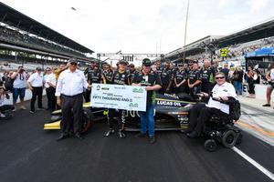 Marcus Ericsson och hela Schmidt Peterson Motorsports-teamet med prischecken på 50 000 dollar. James Black/Indycar