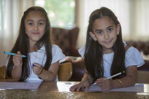 Lia och Lin har lärt sig att skriva sina namn. Snart kommer de lära sig skriva fler ord.