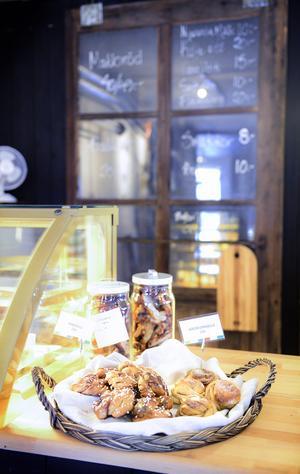 Det finns både bakverk och matbröd på Njurundas nya kafé på Klockarberget.