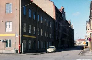 Här från ett annat håll. Caféskylten skymtar till höger, och det är alltså Fredsgatan man ser rakt ner mot järnvägen. Bilden är tagen från Klostergatan, någon gång på 70-talet, och idag står det så kallade