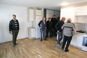Nyfikna blickar på de helt nya lägenheterna i Mangeln.