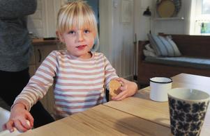 Alva, tre och ett halvt år, trivs i sin roll som storasyster.