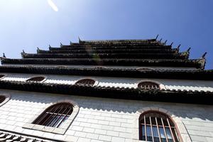 Dragon Gate  2016-05-06 Byggnaderna står fortfarande någorlunda stolta vid E4:an i väntan på öppning.